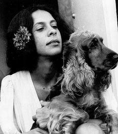 Foto de Gal Costa com a cadela Joplin, no bairro do Tambá, RJ.