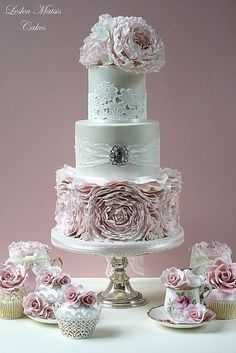 Lovely wedding cake with ruffles, lace, brooch and matching mini-cakes and cupcakes.      ᘡղbᘡ