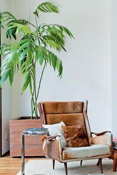 Projeto do escritório Estúdio Cada Um Camedorea-elegante-vaso-poltrona-tapete-madeira-piso (Foto: Luis Gomes/Editora Globo)