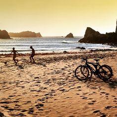 Niños jugando al fútbol en la playa de Portio#cantabria #spain #bicicleta #atardecer #summer#playing #futbol #beach #