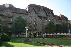 """Si palatul Dauerbach a fost construit in urma cu aproape o suta de ani dupa planurile arhitectului László Székely. Amplasat chiar in centrul orasului, pe partea denumita """"Corso"""", timisorenii il cunosc sub numele de Palace, dupa cafeneaua si restaurantul cu acelasi nume care au functionat acolo."""