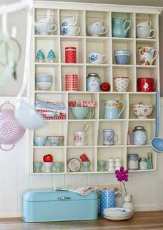 Combinação que deu certo: prateleira com porcelanas candy colors e detalhes em vermelho vibrante. Foto: Minty House