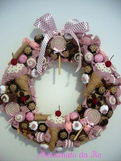 Cute wreath Colorful Christmas Tree, Christmas Candy, Christmas Stockings, Christmas Diy, Christmas Wreaths, Candy Crafts, Felt Crafts, Christmas Stocking Template, Felt Cake
