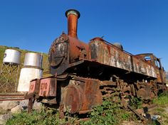 https://upload.wikimedia.org/wikipedia/commons/e/e1/Rusty_steam_locomotive_in_Tua_train_station.jpg