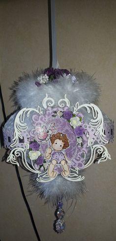 Een ornament van honingraat papier en dan aangekleed