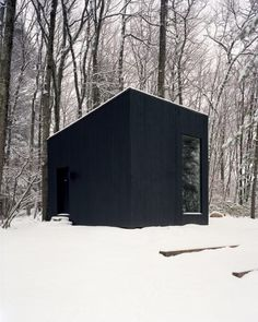 Hemmelig Rom (Norwegian for 'secret room') is a cabin in the forest designed by Studio Padron. This tiny black cabin serves as a library and a guest house. Backyard Office, Garden Office, Sustainable Architecture, Modern Architecture, Tiny House, Contemporary Cabin, Secret Rooms, Upstate New York, Garden Studio