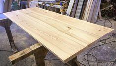 """Helt naturlige planker af det smukke rød-kærnede fyrretræ. Plankerne er skåret med en 15 graders skråning på lang-siden hvilket giver plankebordet et """"lettere"""" udtryk. Det er helt sikkert et godt valg hvis man er på udkig efter en stilren løsning. :-) Hvis du kunne tænke dig at plankebord med samme kant så skal du vælge """"skrå kant"""" når du designer dit plankebord her: http://ift.tt/1XYjkMM .. Ha' en dejlig weekend. Mvh depino.dk #skråkant #raw #depino #håndværk #rustikt #nordiskstil…"""