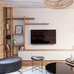 Une bibliothèque en bois massif disparaît dans le mur - Pásate por nuestros tableros para sorprenderte con un montón de pins similares a éste. Living Room Tv, Home And Living, Small Living Rooms, Muebles Living, Tv Wall Decor, Home Deco, Living Room Designs, Interior Design, Tv Wall Shelves