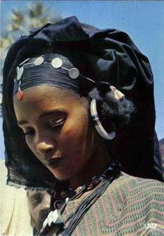 Kel Tamasheq/ Tuareg people of the Sahel & Sahara: Niger, Burkina Faso, Mali, Algeria and Libya. Black Is Beautiful, Beautiful People, Beautiful Women, African Tribes, African Women, African Beauty, African Fashion, Tuareg People, Tribal People