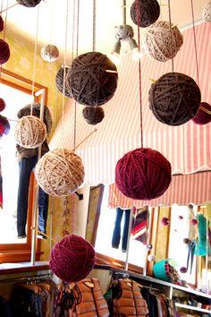 毛糸を巻きなおし、天井から吊るす簡単アイディア。あたたかみある同系色の毛糸玉に編み針を挿してかわいらしい冬の装いに。