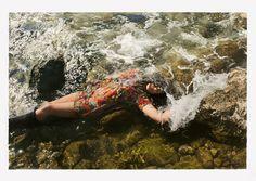 L'israélien Yigal Ozeri a pour démarche de peindre des femmes dans la nature. Ces tableaux en trompe-l'œil sont d'un réalisme à couper le souffle. Au milieu d'une forêt, dans une prairie ou près d'un bois aux couleurs automnales, il dessine des jeunes filles à l'expression mélancolique. Plus de détails ci-dessous.