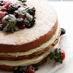 ✨Naked de baunilha, ganache de chocolate Branco e frutas vermelhas😋 Para informações, contato@maisondubrigadeiro.com