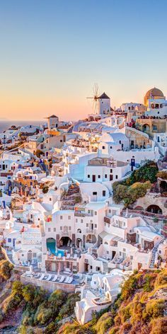 Santorini, Greece | Unforgettable whitewashed architecture is the cornerstone of Santorini. This Grecian island paradise is amazing to explore the charming villages on volcanic cliffs, black-sand beaches, and gorgeous blue waters. #honeymoongreece