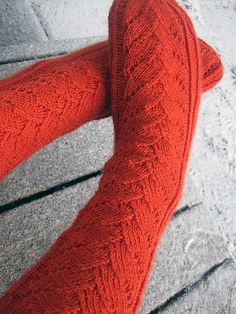 Ravelry: Verso pattern by Tiina Kuu Knitting Patterns Free, Free Knitting, Free Pattern, Knitting Socks, Knit Socks, Learn How To Knit, How To Make, One Color, Colour
