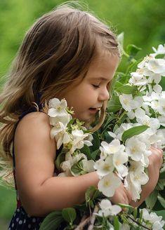 Beautiful Children, Beautiful Babies, Beautiful World, Cute Kids, Cute Babies, White Flowers, Beautiful Flowers, White Gardens, Colorful Garden