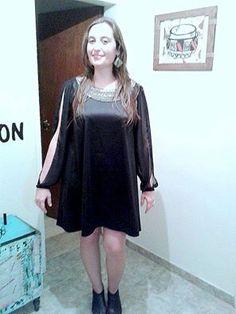 Vestido de raso Oreiro con mangas abiertas de gasa y aplique en cuello