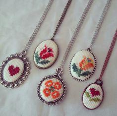 Cross Stitch Bookmarks, Mini Cross Stitch, Cross Stitch Patterns, Cross Stitching, Carving, Pendants, Embroidery, Crochet, Floral