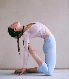 @aminahtaha in the #AloYoga Amelia Long Sleeve Crop #yoga #inspiration