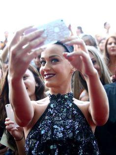 Mach Kim Kardashian Konkurrenz als Selfie-Queen. Hier sind 10 Tricks, wie dir das perfekte Selfie gelingt.