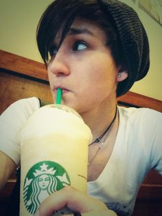 Obligatory-white-girl-selfie-while-trying-not-to-look-like-I'm-taking-a-selfie selfie... pic.twitter.com/u5YHykZikZ