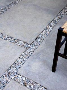 terrassenbelag beton kieselsteine außenmöbel stuhl