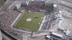 Estadio San Filippo de la ciudad y comunidad de Messina. Inaugurado en 2004, tiene una capacidad para 38.700 aficionados, y en el juega de local el ACR Messina.