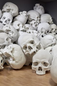 100 Skull Sculptures by Ron Mueck Invade the National Gallery of Victoria Memento Mori, Skull Reference, Pose Reference, Skull Anatomy, Fish Anatomy, Facial Anatomy, Totenkopf Tattoos, Pot Pourri, National Gallery