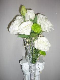 ramo de novia en estructura de metal con lisiantum blanco y bolitas ver lima