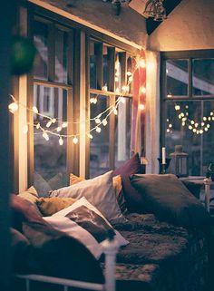 <p>Nu behövs det belysning! Extra mysig och stämningsfull belysning kan du skapa med hjälp av ljusslingor och nakna glödlampor. Här är 21 kreatvia belysningidéer.</p>