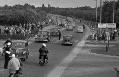 Het was een drukte van belang op de A1 bij de kruising met de Hilversumseweg op een mooie zaterdag in 1954. De politie regelt het verkeer en we zien prachtige oldtimers die toen uiteraard nog redelijk nieuw waren