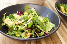 Die Idee für Asiatischer Salat mit Edamame kam mir in Amsterdam, als ich mir dort in einem kleinen Laden so einen Salat gekauft habe. Er ist voller orientalischer Aromen mit knackigen Radieschen un…