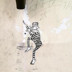 Prison Break. #berlin #streetart #prisonbreak #prisoner #ig_berlin #streetartberlin #berlingram #gestreift #stripes #striped #prison #gefängnis #ausbruch #berlinart #streetarteverywhere #neukölln #neukoelln #neuköllnvibes