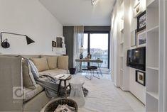 Do skandinávské barevnosti je přimícháno trochu nostalgičtější atmosféry a špetka retro designu s odkazem na padesátá léta. Použité barvy jej nepohlcují,… Home And Living, Living Room, Family Tv, Daily Inspiration, Decorating Your Home, Minimalism, Studios, Bookcase, House Design