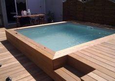Une piscine semi enterr e avec un coin d tente au fond et for Piscine bois 3x3