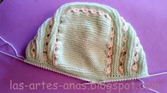 2 Accesorios imprescindibles para la canastilla de tu bebé, PATUCOS Y CAPOTA,con este tutorial, tendrás mil modelos diferentes, solo tiene... Baby Hats Knitting, Baby Knitting Patterns, Lace Knitting, Knitted Hats, Crochet Stitches, Knit Crochet, Crochet Hats, Tricot Baby, Happy Little Trees