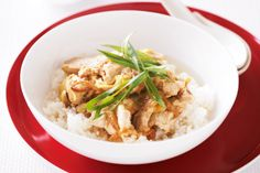 For a healthy weeknight meal, you can rely on this Japanese donburi with soy sauce, sushi rice, tender chicken and sliced green onion.