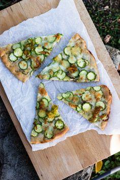 http://it.julskitchen.com/pane-2/pizza-bianca-con-zucchine-e-mozzarella-bufala