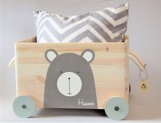 Kinderzimmer Toy box wooden bear with wheel/rolls storage nursery customizable with name gift for bap Aufbewahrung Kinderzimmer Aufbewahrung kinderzimmer spielzeug bap Bear Box Customizable Gift Kinderzimmer Nursery Storage Toy wheelrolls Wooden Kids Storage Bench, Ikea Toy Storage, Nursery Storage, Diy Storage, Ikea Toys, Wooden Toy Boxes, Lillehammer, Selling Handmade Items, Baby Room Decor