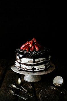 Pratos e Travessas: Bolo de chocolate e merengue em camadas # Chocolate, meringue layer cake | Food, photography and stories