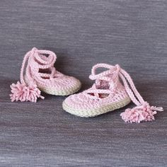 I am so happy to show you my new crochet pattern: Noa Totally different and original soles with a beautiful red heart that will impress all !! I really love them and I hope you like them too . . . Yarn: Merino 100% by @katiayarns  Pattern available-> Link in bio . . #crochetpattern #showroomcrochet #etsy #crochet #etsysellersofinstagram #crochetshoes #etsyshop #crocheting #crochetaddict #crochetersofinstagram #instacrochet #etsyseller #moderncrochet #crochetlovers #etsystore #crochetshoe…
