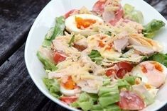 Classic salad made out of hard boiled eggs cold cuts tomatoes cucumbers cheese and lettuce dressed with thousand island dressing Green Salad With Chicken, Chicken Salad, Cetogenic Diet, Classic Salad, How To Make Salad, Easy Salads, Healthy Salad Recipes, Greek Recipes, Food Photo