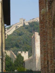 Marostica in Italia - mura medievali e castello superiore. 45°44′44″N 11°39′19″E