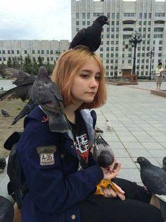 A imagem pode conter: 1 pessoa, pássaro e chapéu