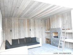 loungehoek in steigerhout met heerlijke kussens en buitenhaard Door zaligaanzeee
