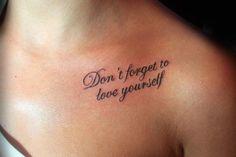 kleines Tattoo mit Spruch oberhalb der Brust