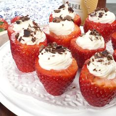 Cheesecake stuffed strawberries are stuffed with a rich and creamy cheesecake filling, with grated chocolate sprinkled on top! A super simple no-bake dessert that everyone loves! desserts to sell CHEESECAKE STUFFED STRAWBERRIES No Bake Desserts, Easy Desserts, Elegant Desserts, Bon Dessert, Dessert Party, Fruit Dessert, Chocolate Chip Muffins, Strawberry Recipes, Savoury Cake