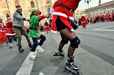Una nuvola rossa ha invaso a sorpresa piazza Duomo, a Milano, colorandola con gli abiti da Babbo Natale indossati da decine di pattinatori che si sono dati appuntamento così per scambiarsi gli auguri, per un originale scambio di auguri nel cuore della città   Repubblica Milano è