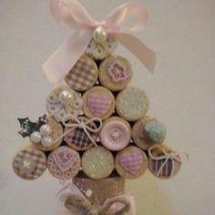 L'alberello di Natale con i tappi di sughero, ritagli di stoffa e bottoni