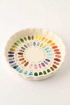 plat à tarte porcelaine avec nuanciers de couleurs au fond / Bake By Numbers Pie Plate