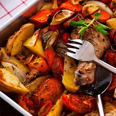 Dep de kippenbouten droog (ik snijd ze altijd het boutje van de dij, is makkelijker braden) en bestrooi ze met peper en zout.  Snijd de ui in halve ringen en de knoflook in dunne plakjes. Snijd de wortel en courgette over de lengte doormidden en snijd ze in halve rondjes. Verwijder het zaad uit de paprika en snijd hem in reepjes . Schil de aardappelen en snijd ze in de lengte in vier partjes.   Zet de braadpan op het gas. Doe de boter in de pan en laat uit bruisen. Voeg de kippenbouten toe…